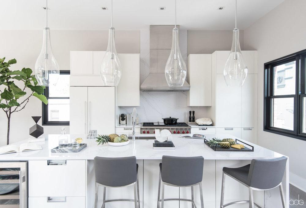 _akseizerdesigngroup_1310Q_White-Kitchen-1.jpg