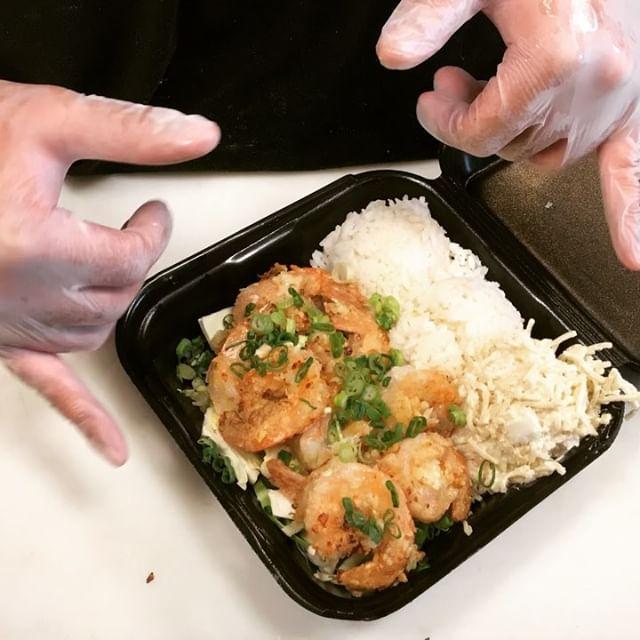 Now we're cookin👩🏻🍳 ⠀⠀⠀⠀⠀⠀⠀ Lightly battered #Shrimp sautéed in a butter garlic sauce ⠀⠀⠀⠀⠀⠀⠀ 🍤 ⠀⠀⠀⠀⠀⠀⠀ 🤤 ⠀⠀⠀⠀⠀⠀⠀ - #GarlicShrimp #LocalGrindz #GarlicButterSauce #HawaiianFood #Onolicious - #ISHbbq 🤙🏽