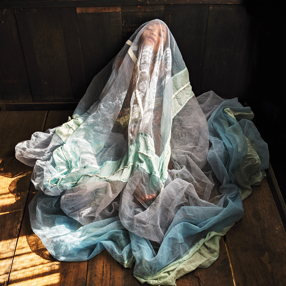 Karolin Klüppel,  Ibapyntngen playing with mosquito net , 2013