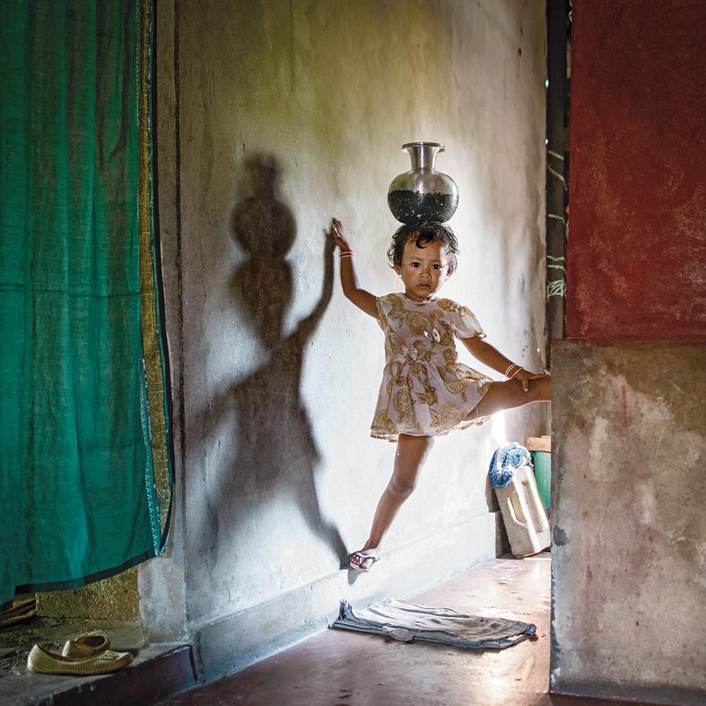 Karolin Klüppel,  Yasmin balancing a water pot,  2014