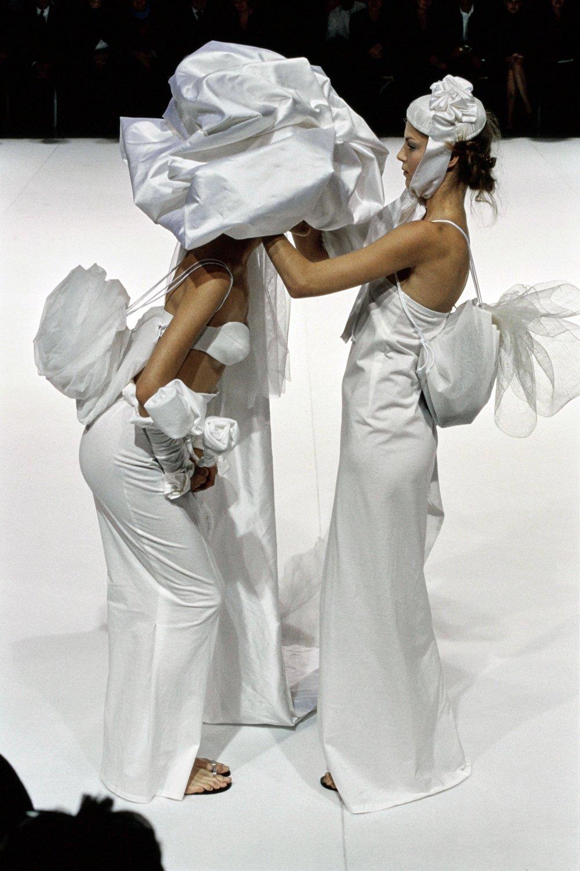 YOHJI-YAMAMOTO-SPRING-1999-RTW-34-SHALOM-HARLOW-ANGELA-LINDVALL.jpg