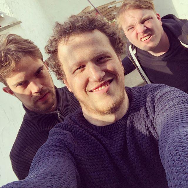 Palaver is officieel de beste podcast/radio van Vlaanderen! We hebben de Cutting Edge Award gewonnen, boiiiiiiizzz. Elias en Karel komen vieren. We hebben gay seks, pedonieuws, misbruikte nonnen, karaoke en Guy zijn failliet bedrijf. PALAVER: Afl. 74: 'Beste podcast/radio van Vlaanderen' (met Elias Van Dingenen en Karel De Rijcke)