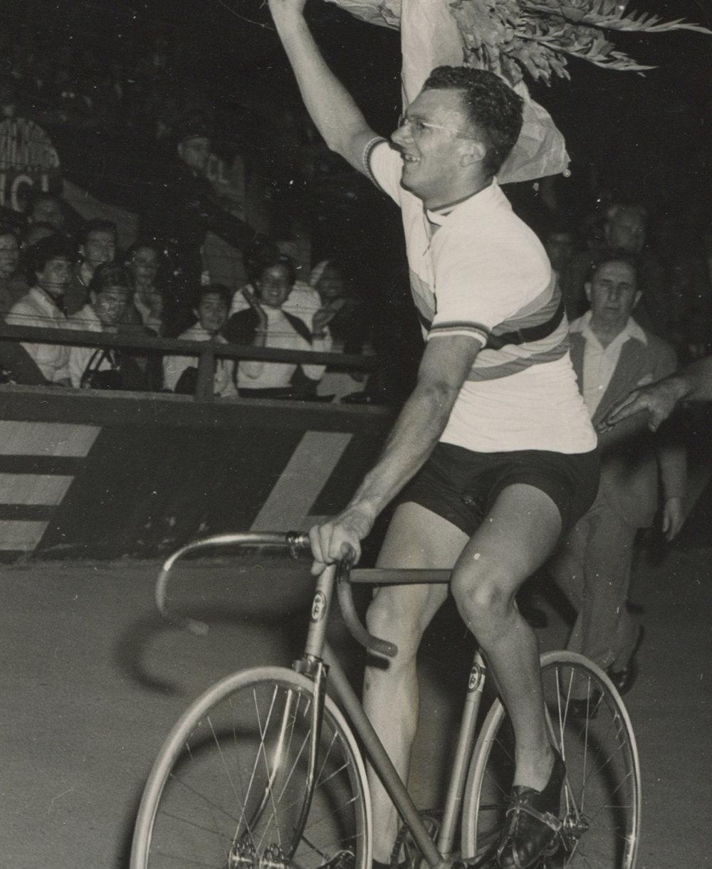 Van Heusden op zijn Aandewiel net na zijn winst op het WK 1952