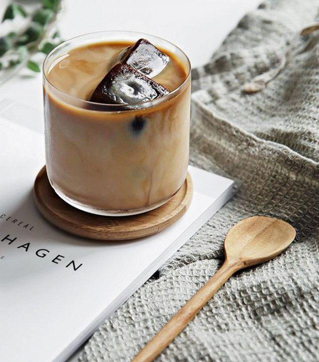 Пить iced coffee даже, когда холодно  Source: Pinterest
