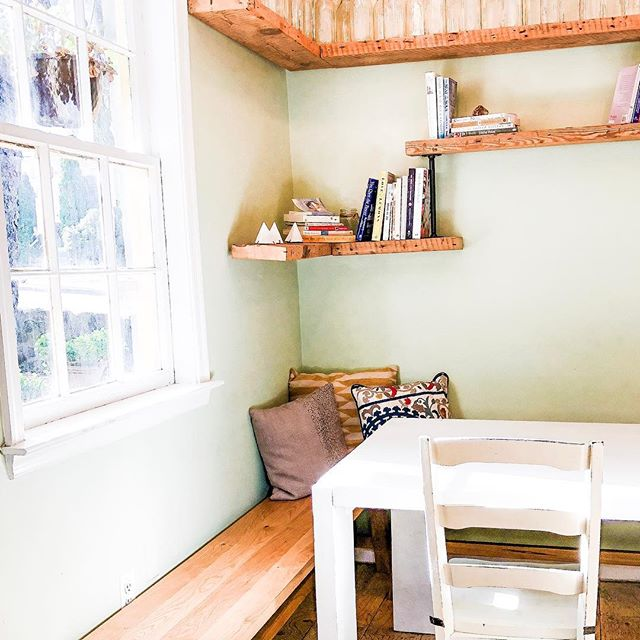 I would really just like to sit and read a good book in this little nook. What are your fav reads lately? I haven't read a book for pleasure from start to finish in a long time - I just don't have the time. When I do it's right before bed and I pass out after about a page 🤷♀️ 🖤 . . . #livingluckey #momblogger #microblogging #microblogger #twinmom #threeunderthree #dc #dcblogger