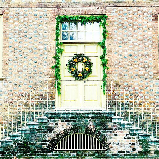 Williamsburg at Christmas time is just delightful. Must Do's: drinks at the Williamsburg Inn, a stroll through time in Colonial Williamsburg, Christmas Town at Busch Gardens, and a sandwich from The Cheese Shop. Swipe 👉 for more Colonial doors and holiday decor. Which one is your fav?🖤 . . . #livingluckey #foodblogger #travelblogger #localeats #eeeeeats #williamsburg #williamsburgva #noms #momblogger #microblogging #microblogger #twinmom #threeunderthree #holidaydecor #colonialwilliamsburg #buschgardenschristmastown #williamsburginn @buschgardensva @colonialwmsburg