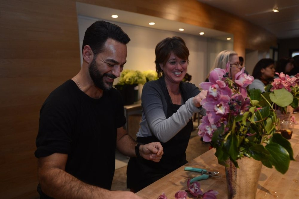 Oscar Mora gives some tips to Kathleen O'Leary at FlowerSchool New York.   (ANDREW SAVULICH/NEW YORK DAILY NEWS)