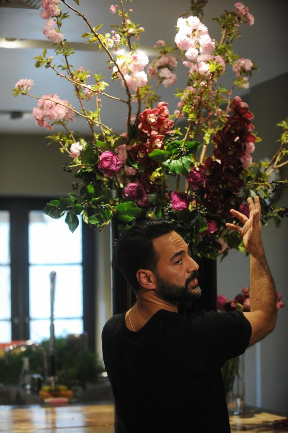Oscar Mora cautions against getting flowers at the deli, saying they won't last too long.   (ANDREW SAVULICH/NEW YORK DAILY NEWS)
