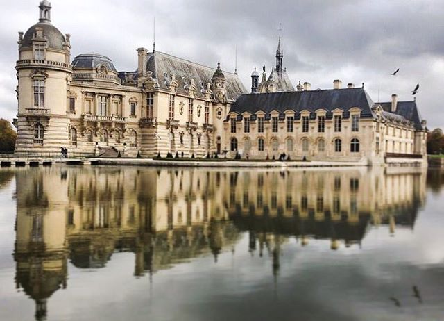 📍: 🇫🇷 | Notice reflections. Observe how water transforms your surroundings. | #chateaudechantilly #chantilly #igerschantilly #ig_chantilly #france #visitfrance #topfrancephoto #ig_france #igersfrance #hello_france #visitelafrance #instafrance #photooftheday #picoftheday #bestoftheday #travelgram #instatravel #instaphoto #instapic #instagood #traveldeeper #tourtheplanet #letsgoeverywhere #wowshots