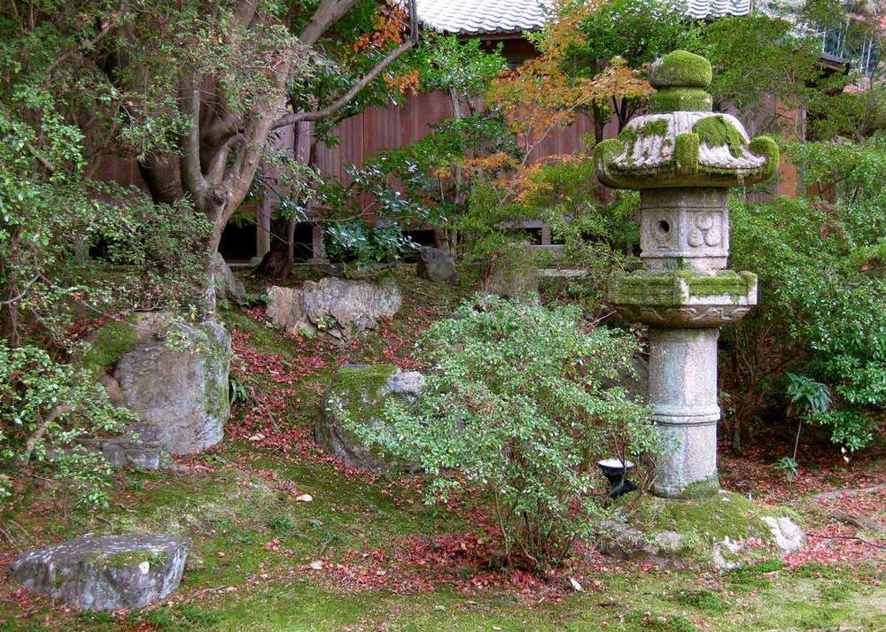 © Anika Ogusu, Real Japanese Gardens, Stone Lantern