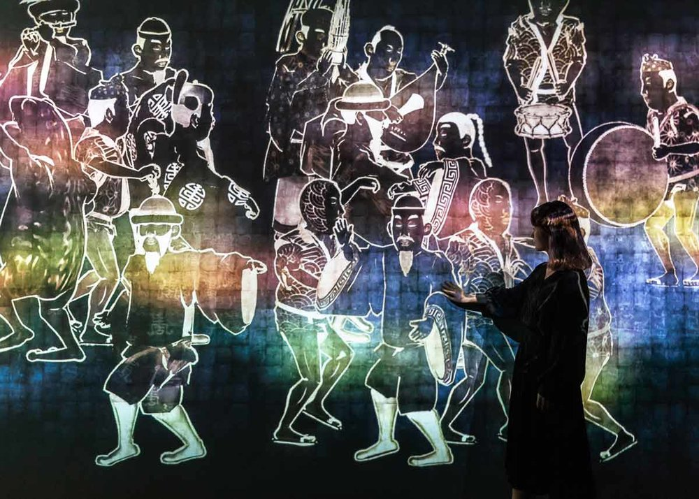 © teamLab, Exhibition view of MORI Building DIGITAL ART MUSEUM: teamLab Borderless, 2018, Odaiba, Tokyo: Walk, Walk, Walk, Search, Deviate, Reunite