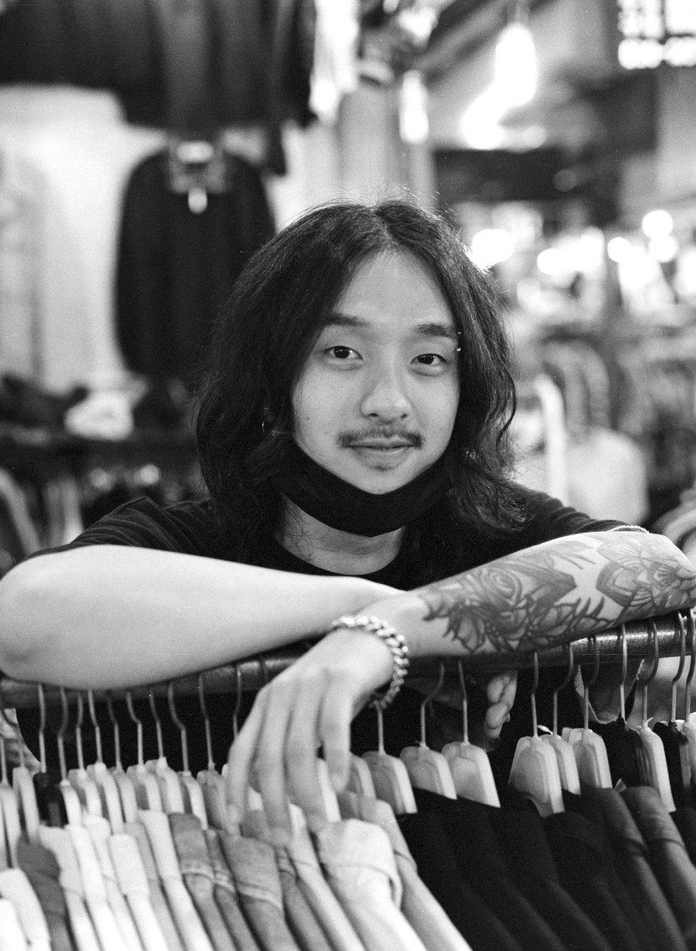 """2-김주현 (26) - """"돈을 모아야 좋은 것 같아요. 엄청 적게 벌어도 조금씩은 저축하는 습관이 필요하지 않을까.""""  Ju-hyun Kim (26) - """"It is good to save money. Even if you earn very little money, I think you need the habit of saving some of it."""""""