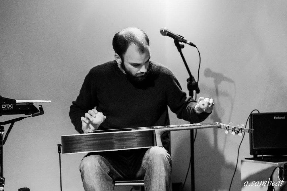 Tocando con dos limones en la performance musical de Espai Llimera de Valencia. 2016.