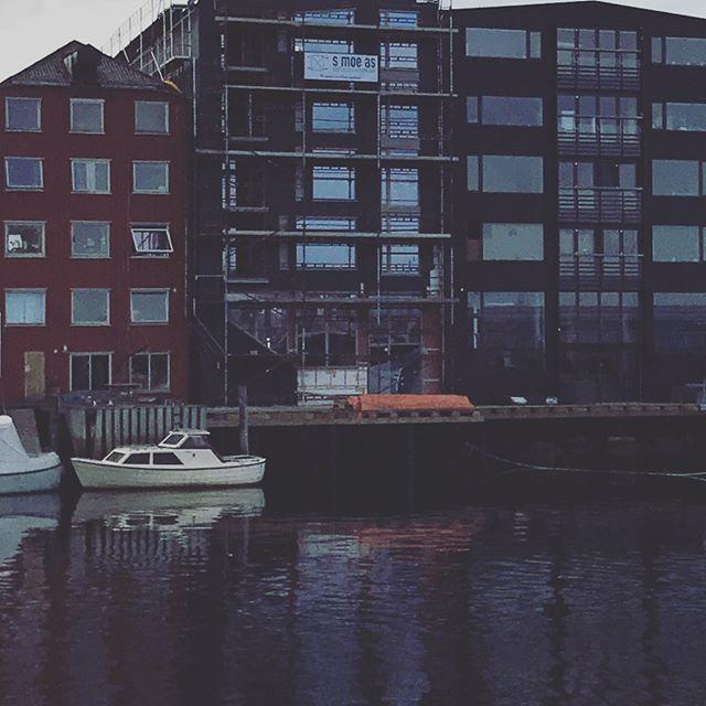 Her er vi godt i gang med levering av ventilasjon for tolv leiligheter og et næringslokale 😁 Flott prosjekt, midt i Trondheim sentrum og helt inntil kanalen ⛵️🛶