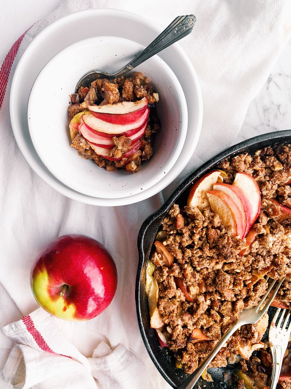 Vegan, paleo refined-sugar free apple crumble that is a perfect fall treat (or breakfast?!) that is perfectly cinnamony and delicious!