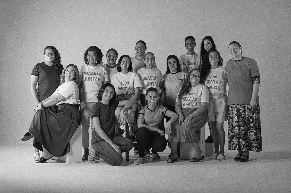 O #AMAROteam e as beneficiadas pela ONG Apolônias do Bem com a camisetas Imagina Juntas e Todo Poder às Garotas.