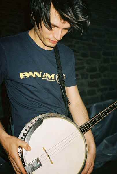"""Fun fact: oto cytat z publikacji """"Radiohead. The Coplete Guide by Wikipedians"""" (do przeczytania  tutaj ).   Ostatnio został zauważony z banjo. Zespół grał próbę na swojej ostatniej trasie, podczas której Greenwood zagrał na banjo w piosence Radiohead """"I Am a Wicked Child"""". Inni członkowie zespołu powiedzieli, że banjo są """"zakazane"""" i pomimo ciągłych prób Greenwooda, aby zawrzeć je w piosenkach, nie zostaną uwzględnione.   /  źródło zdjęcia"""
