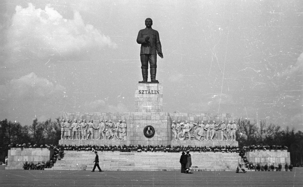Statue of Stalin in Budapest, 1953. Hungary. Photo: Gyula Nagy / Wikimedia Commons / CC-BY-SA-3.0.