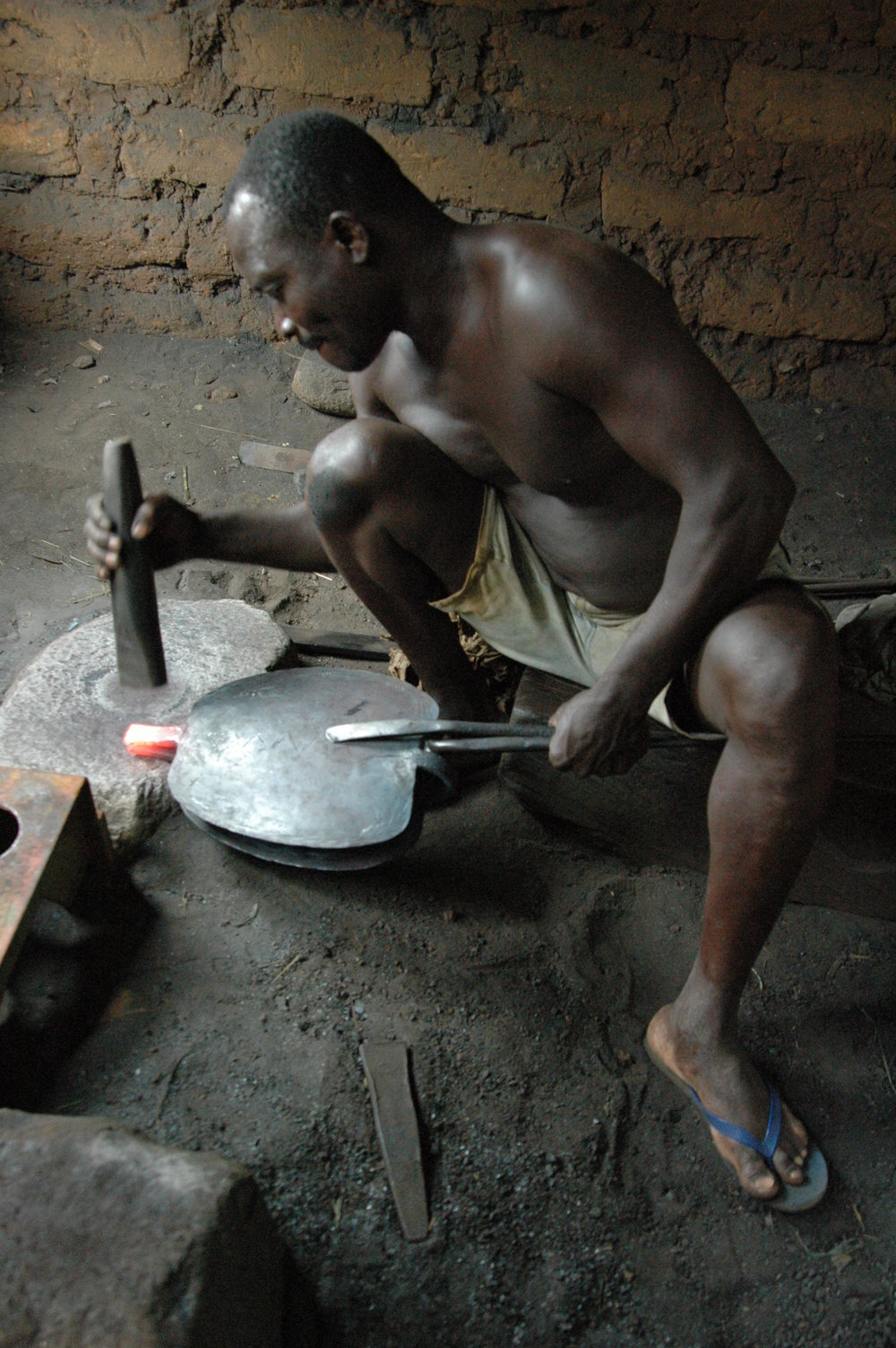 Kossi Kao making the final forge weld that completes the bivalve-shaped bell. Tchare, Togo. © Tom Joyce, 2010.