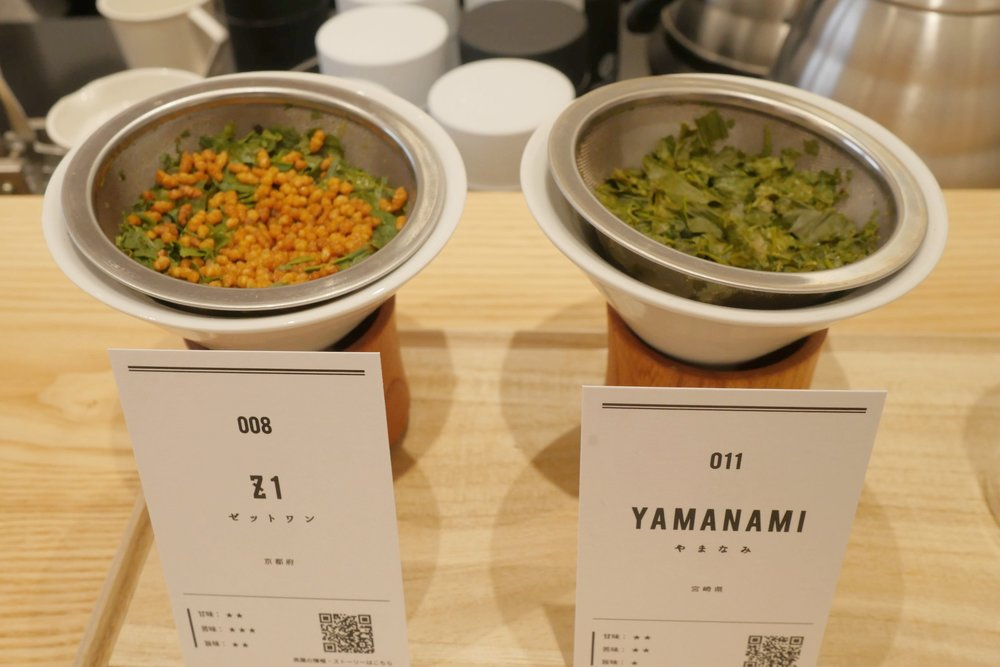 Side-by-side  sencha  presentation. L: Z1 with  genmai , R: Yamanami