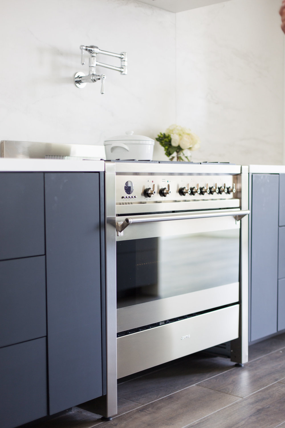 Smeg Opera Range | Calcutta Porcelain Backsplash