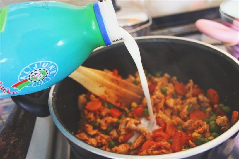 The secret; buttermilk. Gives an awesome tangy sauce but still light (and less calories).  السّر: لبن المخيض (اللبن أب). بعطي قوام لصلصة حامضة بس خفيفة وصحية (وأقل سعرات).