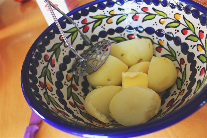 Prepare your mashed potatoes.  نحضر البطاطا المهروسة.