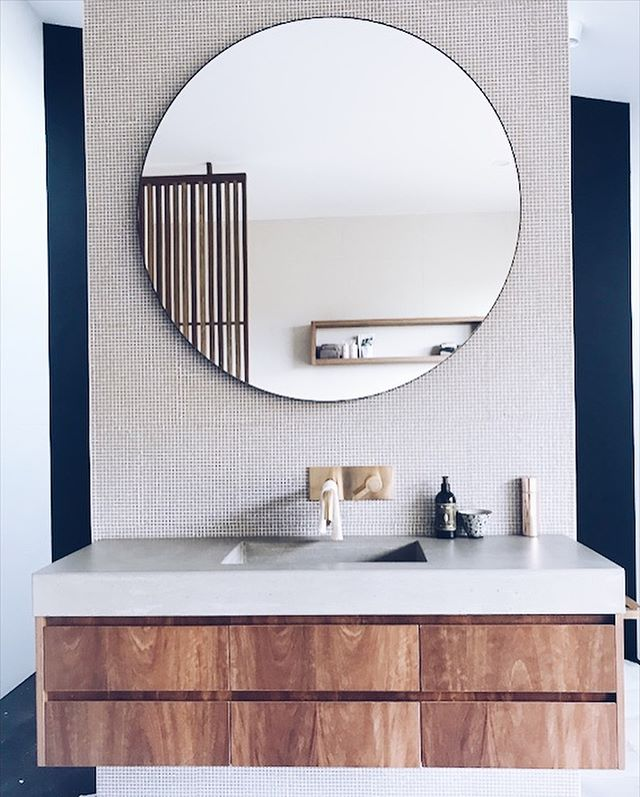The natural elements of concrete and timber matches perfectly with the surroundings of this Far North Coast home 🌿☀️ 🐐 custom colour #concrete #concretevanity #integratedbasin #concretebenchtop #concretecountertops #polishedconcrete #concretedesign #bathroomdesign #bathroom #byronhinterland #northcoastnsw #northernrivers
