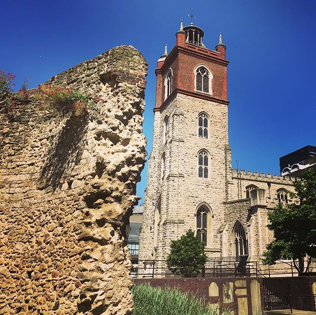 Blue skies over the #medieval church of St Giles Cripplegate, and a part of the London Wall, City of London.  The wall was built by the #Romans around 200AD. They abandoned the city in 400AD and let it crumble. It was restored by the #Saxons around 900AD and maintained throughout the medieval period. The #church was destroyed in the #Blitz and restored. You can see some of the #gravestones from the #churchyard incorporated into the #modern wall, bottom right . . . . . . #londonhistory #cityoflondon #london #history #secretlondon #unknownlondon #secret #london #ancient #ancienthistory #oldchurch #londonwall #oldandnew #summerinthecity #blueskies #ig_history #historical #historic #historynerd #theurbanrambler @cityoflondon
