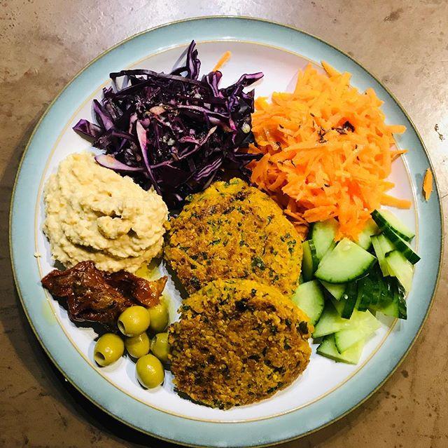 #dinner #falafelburger #hummus #salad #fibre #fiber #guthealth #nutrition #fullbelly