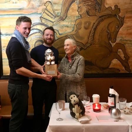 """Flo, Fabi und Jane Godall bei der Übergabe des """"Making a Difference Awards""""."""