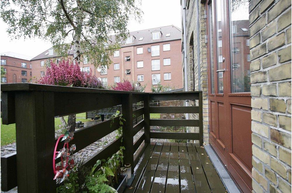 Udgang fra lejlighed   Etablering af ny dør samt plateau med trappe, som skaber direkte adgang fra lejlighed til privat have.