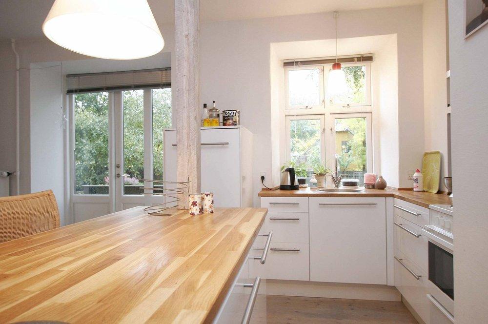 Køkken   Et lyst og funktionelt køkken med dejlig udsigt mod det grønne. Køleskabet indbygges for at skabe et samlet udtryk.