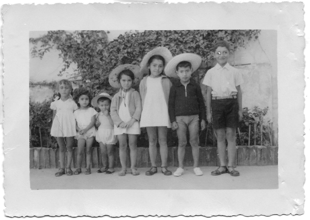 Yvonne Krakowiak between two refugee children (left) and four Portuguese friends, Figueira da Foz, 1941.