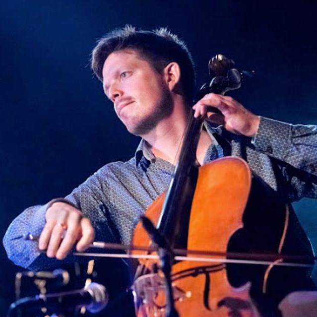 """Corentin Dellicour    Hij haalt een eerste prijs voor cello en een licenciaat met onderscheiding bij het Koninklijk Conservatorium te Brussel, en is de eerste prijswinnaar van het nationale wedstrijd """"Axion Classics'.  In 2003 wordt Corentin geselecteerd om België in de 'Jeunesses Musicales World Orchestra' te vertegenwoordigen voor een tour in Duitsland en Asië.  Als muzikant van het kamer orkest 'Les Muffatti', loopt hij warm voor antieke muziek en specialiseert zichzelf in barok cello.  Corentin herhaalt muzikale ervaringen en ontmoetingen: met jonge schrijvers en componisten maakt kennis met het franse lied en neemt deel aan de creatie van toneelstukken met de Theatropolitain, waarvoor hij componeert en ook twee acteurs op de scene begeleidt. Hij doet mee aan verschillende projekten als muzikant van een kamer orkest en bestudeertde wereld van hedendaagse Muziek met het Orkest Bianco Nero en die van folk muziek met """"Un Diable Dans La Boîte'.  Kinderen worden niet vergeten, namelijk met de opvoering van 'Banquise', een muzikaal toneelstuk in het kader van Theatre Maât."""