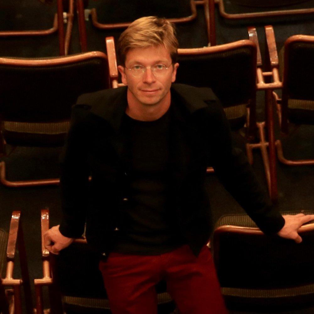 Jérôme Giersé   Jerome Gierse begint muziekschool op achtjarige leeftijd. Terwijl hij zijn piano schooling voortzet , interesseert hij zich ook in orgelspel. Na het behalen van een diploma in Romaanse taal- en letterkunde, volgt hij de klas van Jean Ferrard op het Koninklijk Muziek Conservatorium te Brusselin september 2002.  Tegen het einde van de eerste cyclus, gedurende welke hij een opleiding in improvisatie en kamer Muziek krijgt, wordt hij in de klas van Benoît Mernier toegelaten, op het IMEP (Institut de Musique et de Pédagogie) in Namen . Hij behaalt zijn diploma in 2007 en zet zijn muzikale opleiding voort tot juni 2008 in de klas van Aude Heurtematte.  Aangestelde houder van de orgels van Bornival en van die van de kerk Saint Marc in Ukkel (Brussel), geeft hij ook regelmatige concerten evengoed als solist als kamer muziek orkest muzikant. In 2007 is hij bursale orgelspeler in het Kathedraal Sint Michiel en Gudule also ok in de kerk Finistère in Brussel. Sinds 2008 speelt hij klavecimbel met de groep Vendetta welke gespecialiseerd is in interpratie van barok werken uit Frankrijk en Italië.