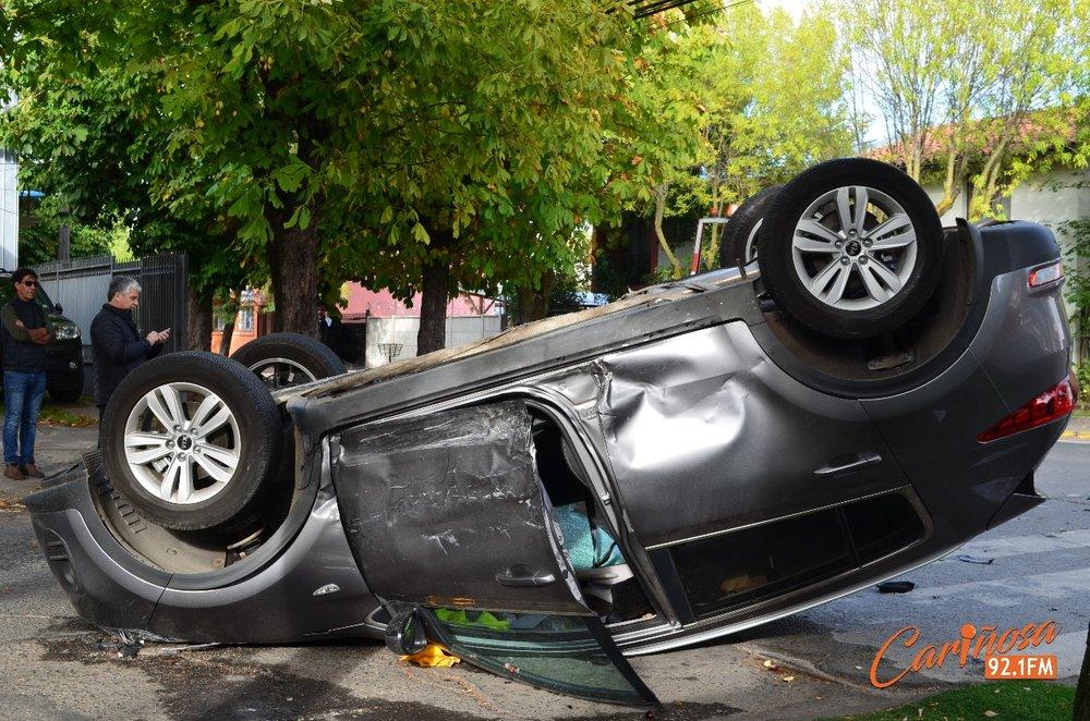 auto volcado en la intersección de Vega de Saldías con 5 de Abril