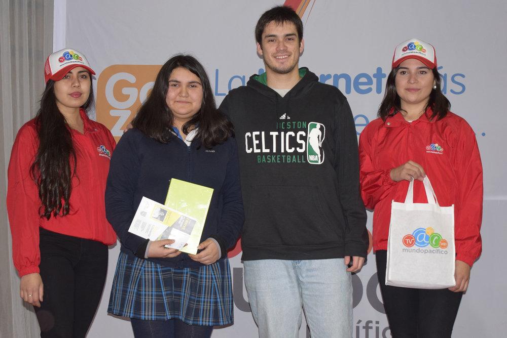 Entrega de tablet a Anaís Quezada.JPG