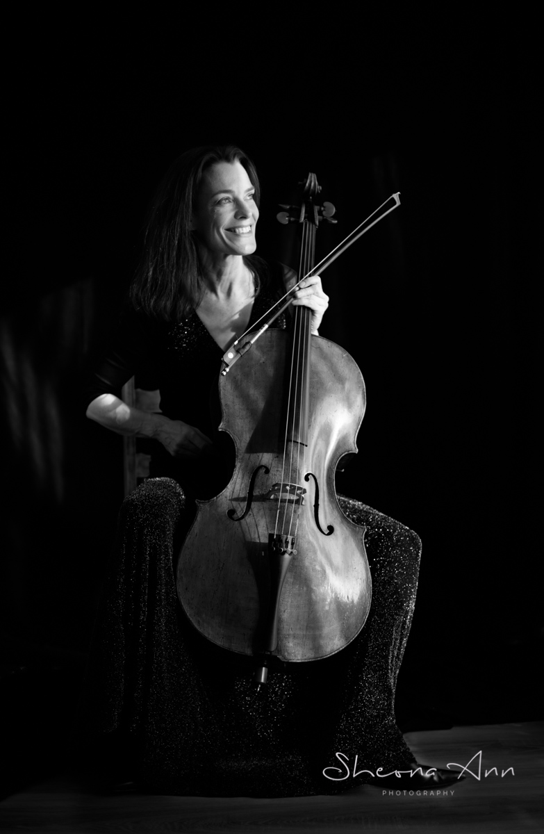 Eva Böcker with Cello smiling
