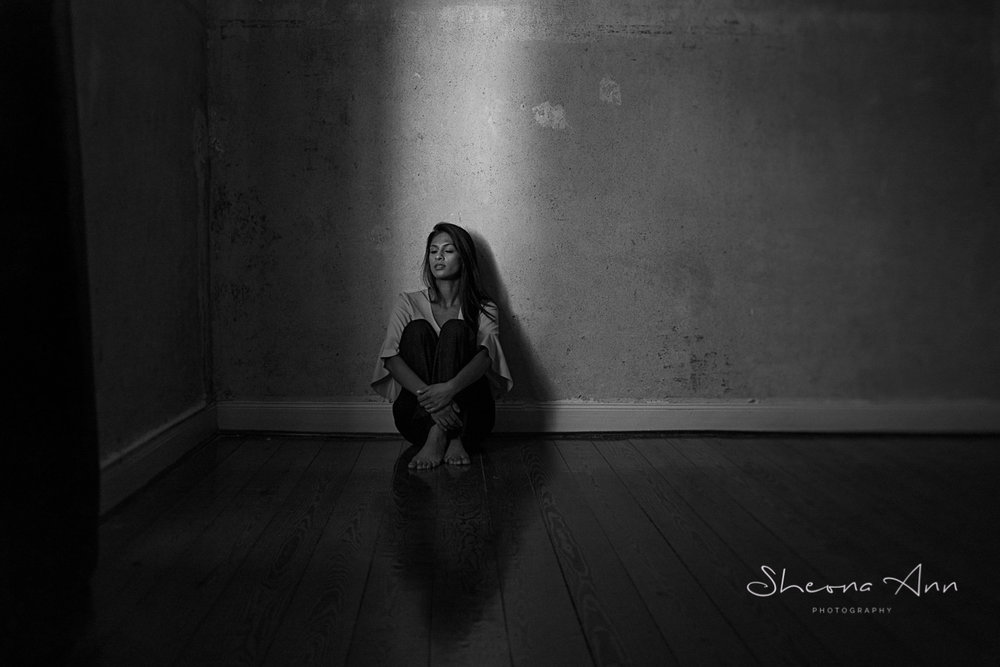 beautiful_girl_sitting-In _ray_of_light_sheona_ann_photography (1 of 1).jpg