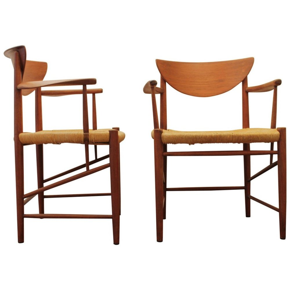 Peter Hvidt et Orla Molgaard, Paire de fauteuils en teck et corde, modele 316 A la fin des années 50 la maison Hvidt & Molgaard prend de plus importantes proportions et se dédie à des projets architecturaux avec des commandes pour des immeubles professionnels et des usines comme en 1958 pour le bâtiment De Danske Sukkerfabrikker à Copenhague. Ils travaillèrent sur certains projets de maisons collectives à Søllerød, Hillerød et Birkerød, le tout empreint d'un style léger, clair et simple. En 1970, l'entreprise fut consultante pour le nouveau Little Belt Bridge et le Vejle Fjord Bridge qui ont joué un rôle important au succès de leur création. Hvidt reçu le diplôme d'Honneur à la Triennale de Milan en 1951 et 1954. Aujourd'hui, son travail fait partie de la collection du MOMA de New York et de la National Galerie de Melbourne et le Danish Museum of Art & Design à Copenhague.