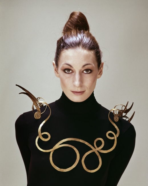 Photographie d'Evelyn Hofer (1922-2009), Anjelica Huston portant The Jealous Husband (réalisé par Alexander Calder vers 1940)