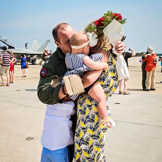 Nothing like that first family hug ❤️❤️❤️ #norfolkhomecomingphotographer #fincherphotography #militaryhomecoming #flyoffhomecoming #jethomecoming