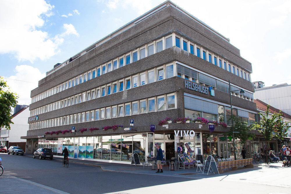SENTRAL BELIGGENHET Du finner meg i 2. etg i Helsehuset som er lokalisert i hjertet av Kristiansand sentrum. Det er inngang både fra Markensgate og Kristianfjerdesgate. Ypperlig tilgjengelighet med offentlig transport og sykkel. Gateparkering i Kristianfjerdesgate, nærhet til parkeringshus i Slottsquartalet eller på parkeringsplass ved skateparken i kirkegata ett kvartal unna. Det er parkering for bevegelseshemmede på hjørnet av Kristianfjerdesgate og Markensgate. Bestill time