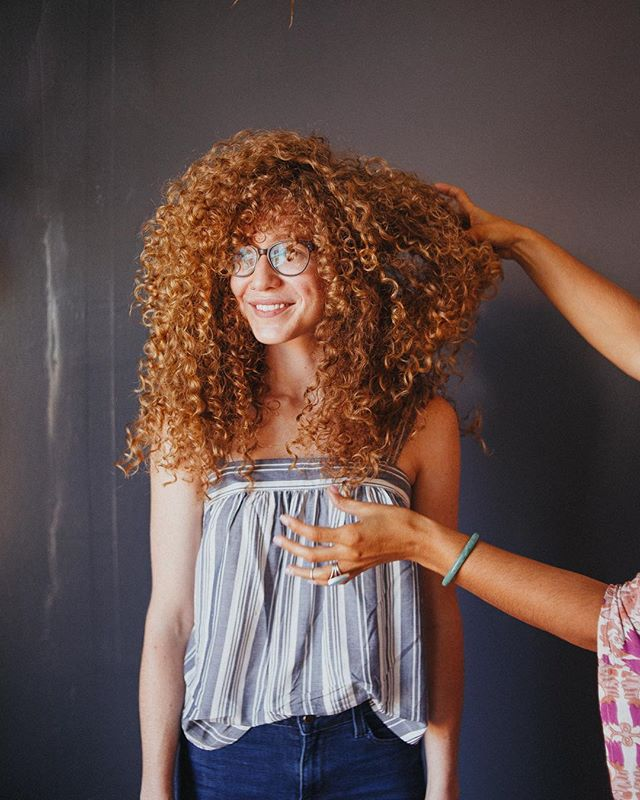 Throwback to 2 weeks ago when I got to photograph Alejandra and her amazing work with curly hair!! If y'all don't know about @alejandra_abloom , you are missing out! She is so incredibly skilled and her hands make magic happen. I was blown away during her curly hair class with the finishing work. I'm not a hairstylist but I learned so much about cutting and styling curly hair. Not that I'm gonna be cutting hair now, haha, no thanks, I'll stick to my camera, BUT it was just so nice to be a part of that experience. When you go to a hairstylist, choose wisely because you will leave with a mega confidence boost if you choose right! Now go follow @alejandra_abloom because she deserves all the love! ❤️ And if you're in LA she'll be teaching another curly hair class on June 25th so book a seat if you're a stylist or hit her up if you want to be a model! 😉🙌🏽✨⠀ .⠀ .⠀ .⠀ #curlyhair #hairstylist #curlygirl #azhairstylist #holistichairstylist #cleanproducts #gingerhair #curlyhead #goodhairday #abloomsalon #phoenixstylist