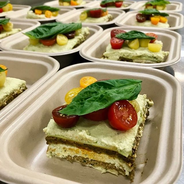This month's Raw Lasagna bringing all the boys to the yard🏃🏻‍♂️ Thin sheets of zucchini layered with a house-made macadamia nut ricotta + a hemp seed & sundried tomato pesto. Delizioso🇮🇹 #dinnerisserved