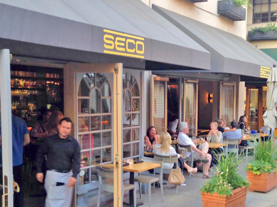 Seco courtyard side patio