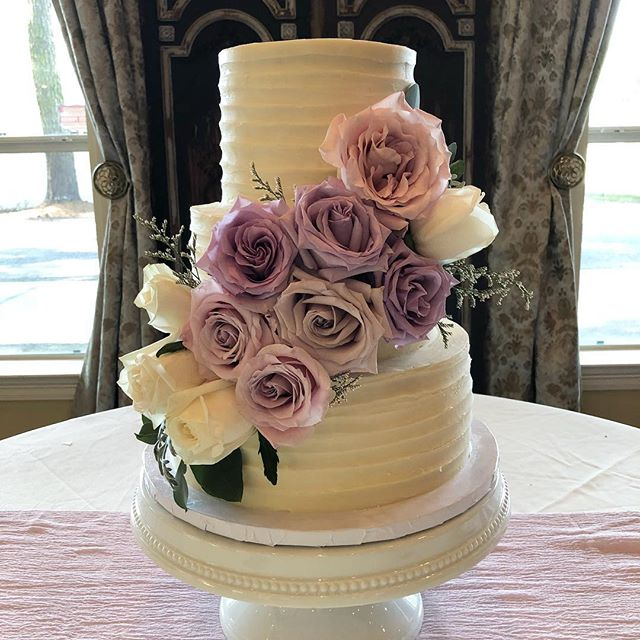 We 💜 this simple pulled icing covered in roses for a spring wedding cake! Check out our website TrediciBakery.com to see how our wedding cake booking process works. We still have openings in 2018! 💒🌹🥂💍 . . . . #weddingseason #weddingcake #roses #simplecake #smallbusiness #golocal #batonrouge #fromscratch #love #wedding #bakery #cakes #custom #spring #springwedding