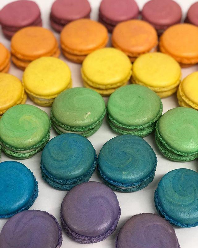 """Somewhere over the Rainbow""🎼🌈 This weeks colorful macaron selection : Caramel Apple🍎 Orange🍊 Lemon🍋 Pistachio💚 Coconut💙🥥 Canolli💜"
