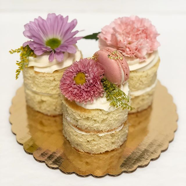 We had so much fun creating these mini desserts for a photo shoot with @januaryhartrizzo and @girlsmeetglobe! #tredicibakery #custom #photoshoot #minidesserts #fromscratch #macarons